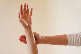 Bild: kinesiologischer Muskeltest, auf naturheilpraxis-bleistein.de