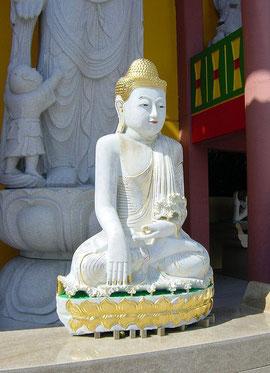 Kleiner Buddha vor der Guanyin-Statue