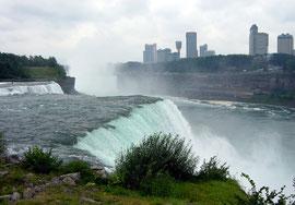 Blick hinüber nach Niagara Falls (Ontario)