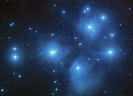 Die Plejaden mit Reflexionsnebel. (NASA, ESA, AURA/Caltech, Palomar Observatory - Hubble)