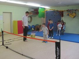 Tennistrainer Elias Niesigk mit seinen Schützlingen