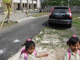 放課後、校舎から飛び出す様子:クラスメイトのもみじちゃんと(左)。