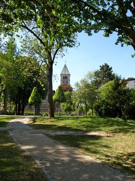 Blick aus dem Alten Friedhof auf die Heilig-Geist-Kirche