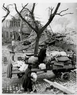 Schweinfurt nach dem Bombenangriff der Alliierten im Jahr 1943 - ein Ehepaar rettet die letzten Habseligkeiten aus den Trümmern - vergrößerbar