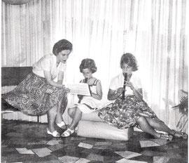 Frau Calvary 1960 in Buenos Aires beim Musizieren mit ihren Töchtern Daniela und Ana