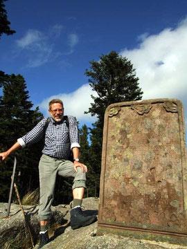 Wenn es geschichtsträchtig wird, ist Manfred immer mit fundierten Informationen dabei. Hier am Karlsstein, 971 m.