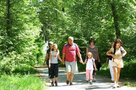 Familienwanderung im Mai. Foto Rainer Sturm.