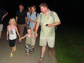 Dr. Carsten Trappmann mit jungen Fledermaus-Fans