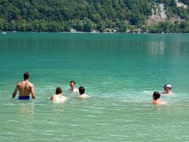 Baignade dans le lac d'Aiguebelelette. Source: Flickr