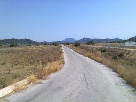 Der Weg zum Agios Deka (Berg im Hintergrund)