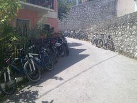 Wer hat da wohl das Dorf Pagi zugeparkt?