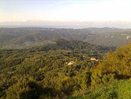 Typisches Herbstbild, überall Rauchsäulen von brennendem Olivenlaub