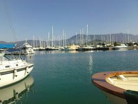 Yachthafen und Pantokratormassiv