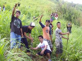 植林活動を楽しむ生徒たち 急な斜面も背の高い雑草もへっちゃら