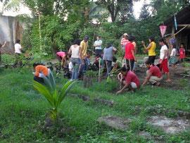 市の教育委員会が呼びかけた大規模植林。子どもたちも両親と一緒に参加しました。