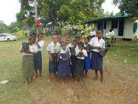 苗木を持ち、植林への意気込みを見せる生徒たち。