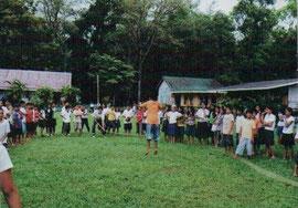 子どもたちが遊ぶ校庭を風から守るマホガニー