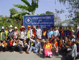 稲刈り前の記念写真。教師、生徒、村人が参加。