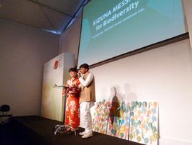 ジャパンパビリオンで発表するラジャット君(右)