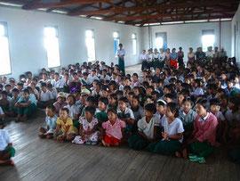 「子供の森」計画コーディネーターの環境の話を子どもたちと先生が一生懸命に聞いています