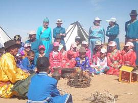 砂漠にてラマ僧より環境の講義を受ける。