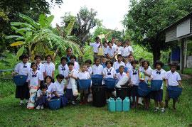 学校への農業用具の支援