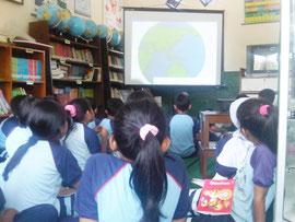 薬草に関する説明を聞く生徒たち
