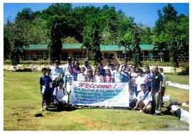 参加者を迎えるザンボアンガ農業大学付属小学校の子どもたち