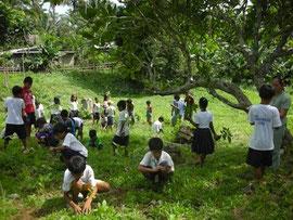 両親と一緒に植林活動