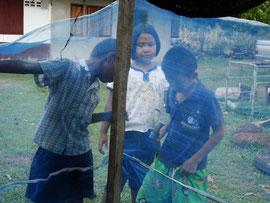 自宅でもカエル養殖の手伝いをする子供たち