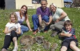Im Bild Thomas mit Gattin, Enkelkindern und einigen seiner unzähligen Tiere. Das Bild stammt aus der Kleinen Zeitung - Reportage eines Kleintierzüchters.