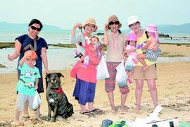 多くの市民が浜下りを楽しんだ=30日午後、石垣市内名蔵湾海岸