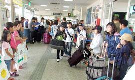 福島県飯館村の子どもたちが来島=27日午後、石垣空港