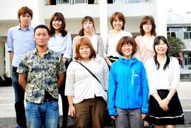石垣市役所で実習している関西学院大人間福祉学部の学生たち(6日午後)