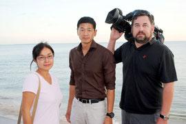 尖閣諸島問題を取材しているアルジャジーラ特派員のチャオ氏(中央)ら取材スタッフ=3日午後、石垣市内