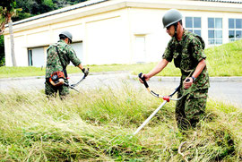 野営していた「あかんま」で草刈りする自衛隊員(14日午後)