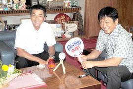 中山市長にサイン入りボールを贈呈した宮良監督=31日午後、市役所