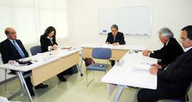 公民教科書の寄贈を受ける方針を決めた竹富町教育委員会の臨時会=22日午後、石垣港離島ターミナル