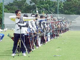 八重山初のアーチェリー競技公式大会が開催された=18日、サッカーパークあかんま