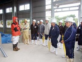 小浜島の製糖施設建築工事の現場を視察した竹富町議会=25日午前、小浜島