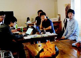 西表島でワーケーションの実証実験が行われている=22日、西表島のシェアオフィス