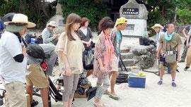 竹富島で撮影が行われた「つるかめ助産院」。左手前から仲里依紗さん、余貴美子さん、中尾明慶さん(今年4月に撮影、NHK提供)