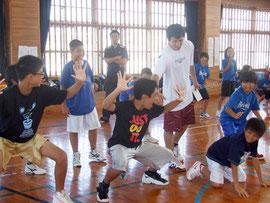 友利健哉選手が指導を行ったバスケットボールクリニック=30日午前、八島小学校