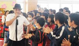 大盛況だった「放課後ライブ」写真は、きいやま商店の崎枝将人さん=28日、新川幼稚園