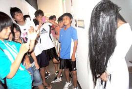 「貞子3D」の上映後、会場に現れた本物の「貞子」。子どもたちに「人気」=25日午前、市民会館展示ホール