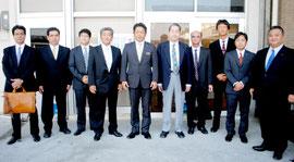 台湾訪問団の出発式に臨む中山市長(中央)ら参加者=12日午前、石垣空港