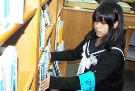 市立図書館で職場体験実習する名幸さん(19日午後)