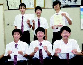 各種検定試験に合格した6人が、今後の決意を述べた=23日、八商工校長室