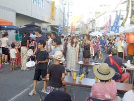 美崎センター通りで初めて開催された石垣島夜市=28日夕、同通り