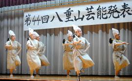 「真栄節」で若々しい演技を披露する部員たち=14日夜、平真小体育館